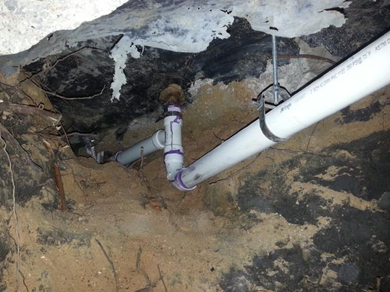 fuga de alcantarillado en los cimientos